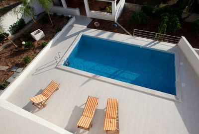 Beautiful 6 person penthouse apartment with pool in Sutivan