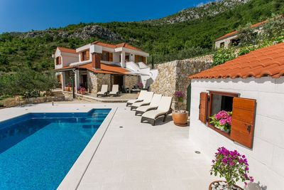 Charming Holiday Villa With Pool In Kastel Kambelovac Near